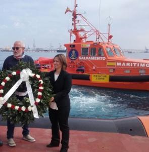 Ofrenda floral por las víctimas del Titanic. Representante de Salvamento Marítimo y de la Fundación Titanic. Tarragona, 2016.