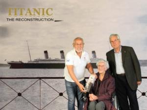"""Gabriel Mas (Autoridad Portuaria), Jesús Ferreiro (Fundación Titanic) y María Batlle í Ferrer, con 103 años, es la visitante más longeva que la exposición """"TITANIC: The Reconstruction"""", ha tenido el placer de recibir """"a bordo"""". Tarragona,2016."""
