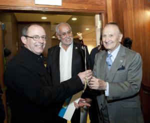 Nombramiento de Vicente Zaragüeta como Patrono de Honor de la Fundación Titanic. Vicente Zaraagúeta, Juan Carlos Izaguirre y Jesús Ferreiro. Acuario de San Sebastian, 2012.